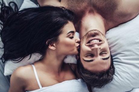 Chica dando un beso a un chico