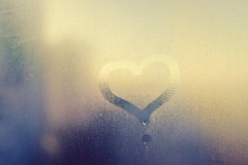 Corazón dibujado en una ventana