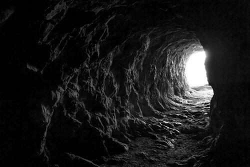 Cueva con una luz