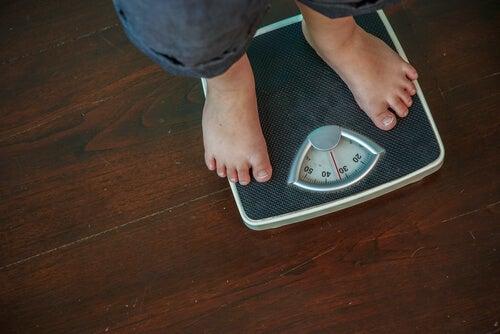 Hombre con obesidad pesándose