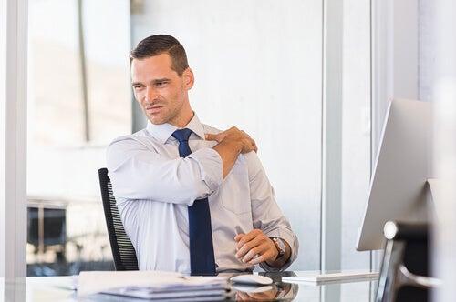Hombre con dolor de hombros