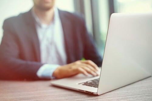 Hombre leyendo noticias en el ordenador