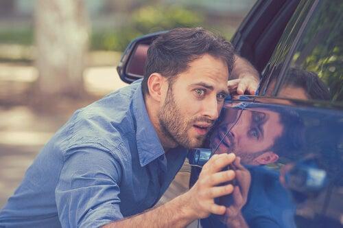Hombre limpiando el coche