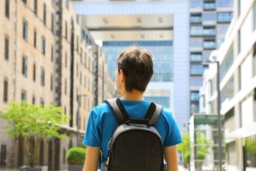Hombre con mochila en otro país