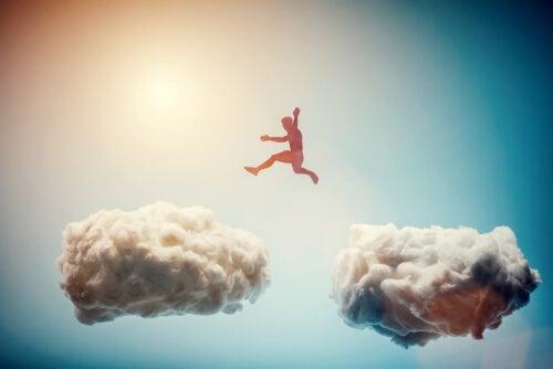 Hombre saltando por las nubes