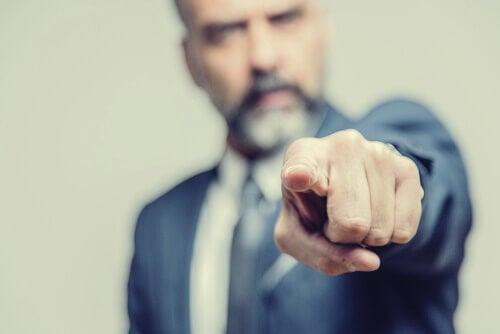 hombre señalando y haciendo uso de la falacia ad hominem
