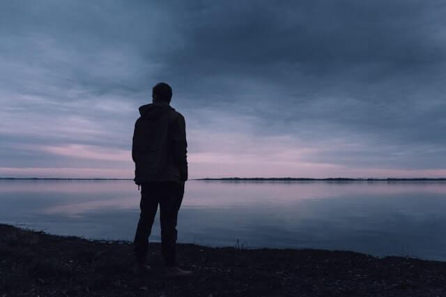 Hombre triste pensando en el suicidio