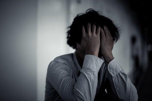 Hombre triste y preocupado