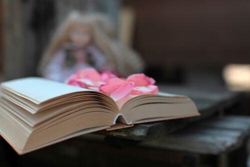 Libro abierto con flores