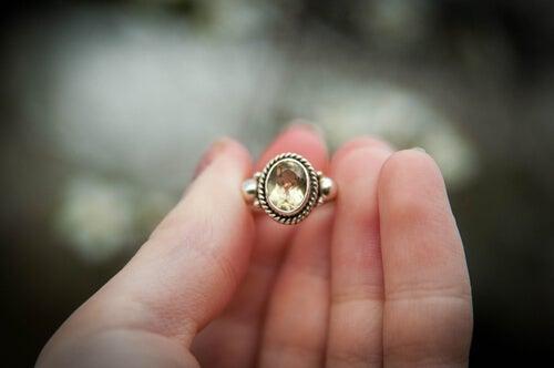 Mano con un anillo