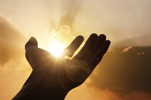 Mano con luz simbolizando la relación entre serendipia y personalidad