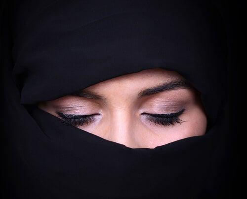 Mujer árabe con los ojos cerrados