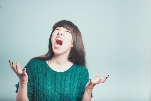 Mujer con ataque histérico