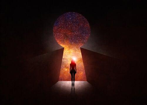Mujer delante de una cerradura de una puerta
