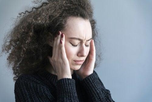 Mujer con dolor de cabeza para representar cómo la depresión duele físicamente