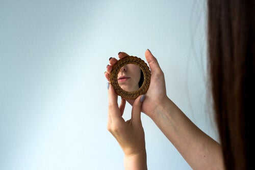 Mujer con un espejo