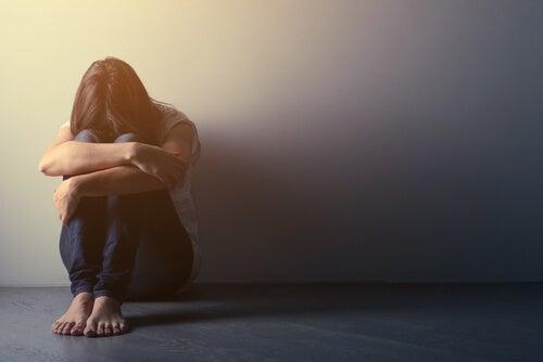 Mujer triste por intento suicidio