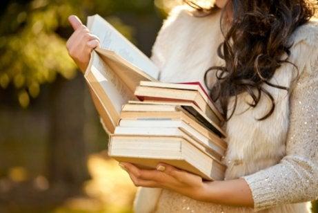 Mujer leyendo libros de poesía