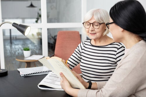 Mujer mayor con una psicóloga