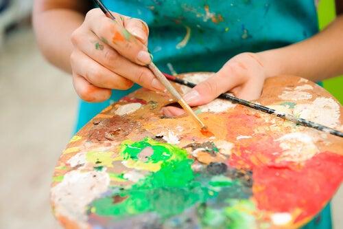 Mujer con paleta de colores