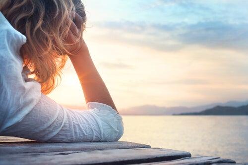 Mujer pensando en el futuro