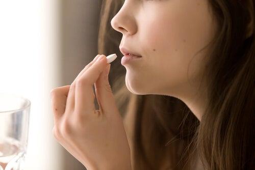 Mujer tomando naltrexona