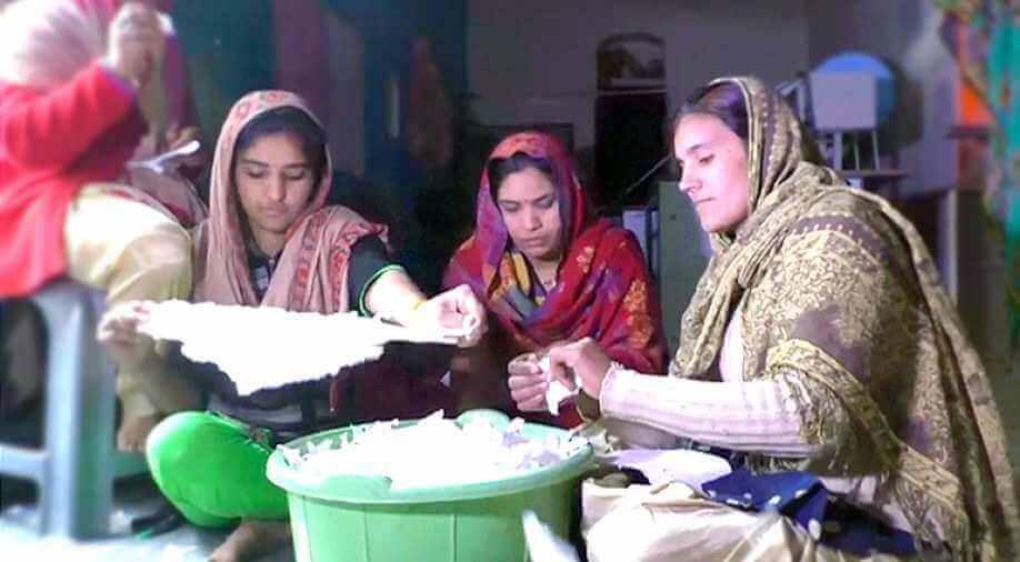 Mujeres juntas fabricando compresas