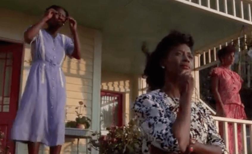 Mujeres en la puerta de casa