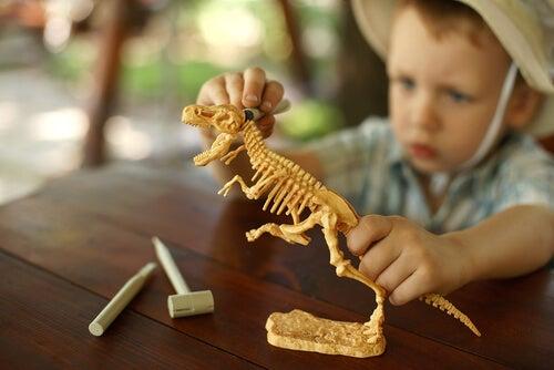 Niño jugando con un dinosaurio