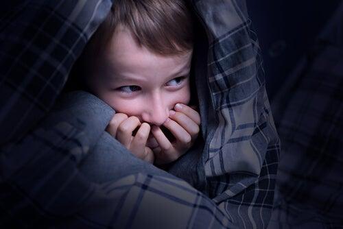 Niño con miedo en la cama