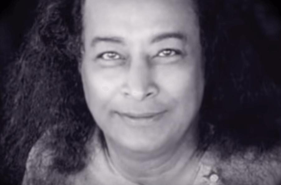 Paramahansa Yogananda sonriendo