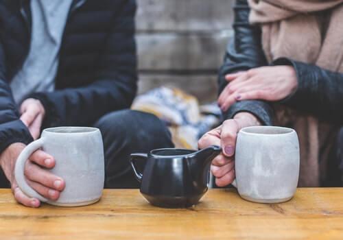Pareja hablando mientras toman café