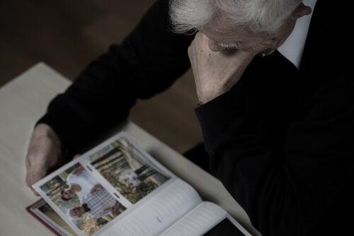 Persona mayor viendo fotografías