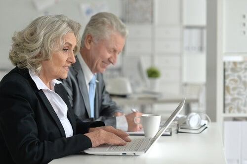 Personas mayores trabajando