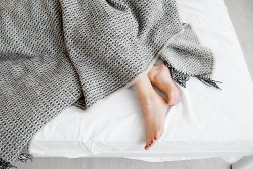Piernas de una chica en la cama