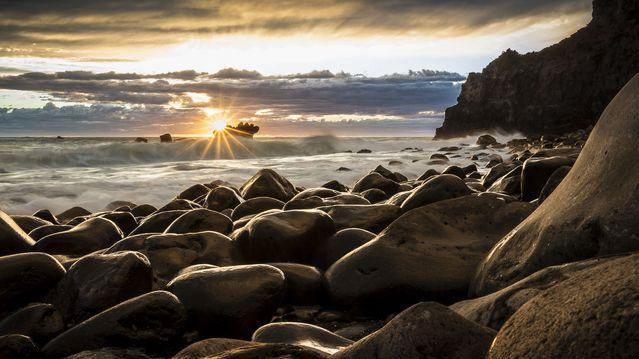 playa al amanecer para representar a las personas lastimadas