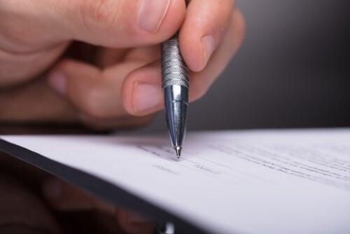 Psicólogo firmando informe
