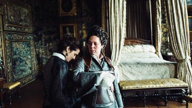 Reina Ana con mujer