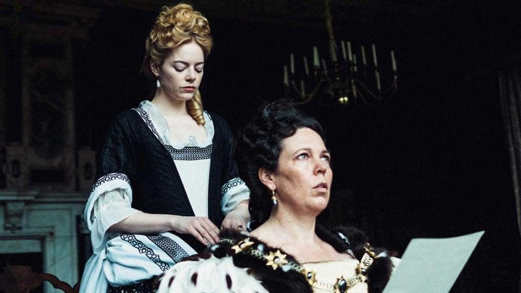 Reina Ana con otra mujer
