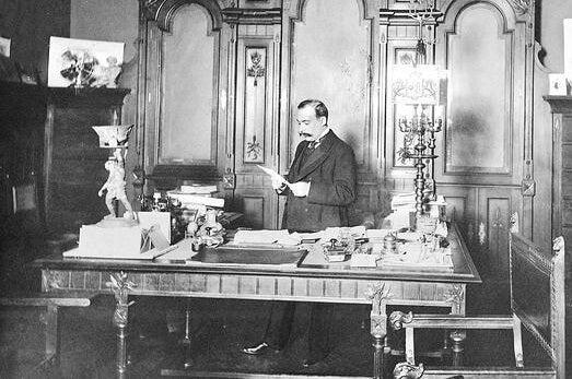 Torcuato Luca de Tena en su despacho