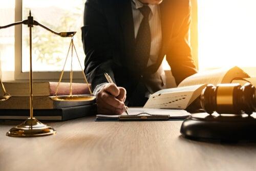 ¿Cuáles son las diferencias entre una ley y un decreto?