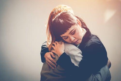 Amigas abrazándose