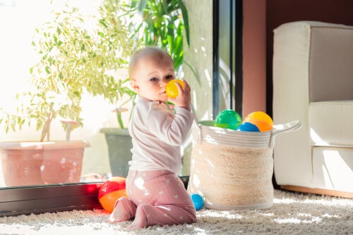 Bebé jugando con pelotas