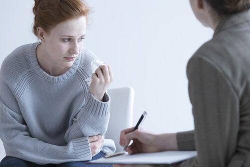 Chica triste con bulimia haciendo terapia