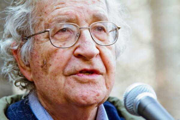 La posverdad y las fake news, según Noam Chomsky