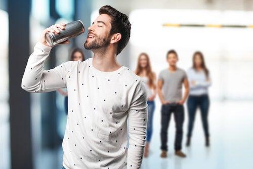 Hombre con una bebida energética