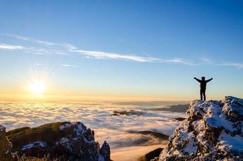 Hombre en la cima de la montaña para representar el código bushido