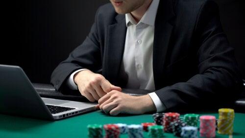 Hombre jugando al póker