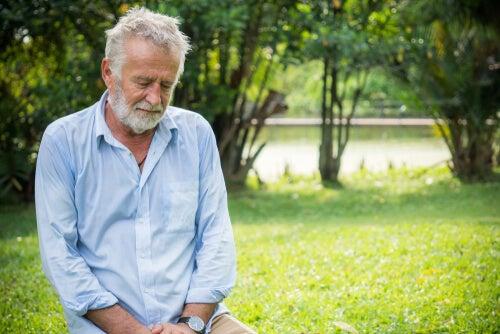 Hombre mayor cansado debido a déficit de vitamina B12