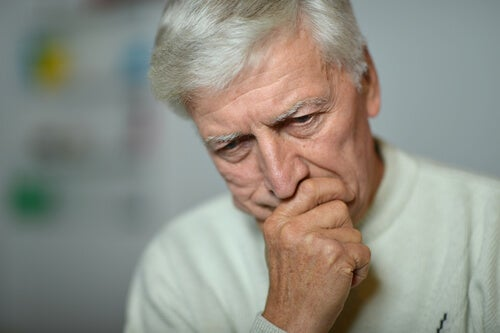 Hombre mayor con depresión
